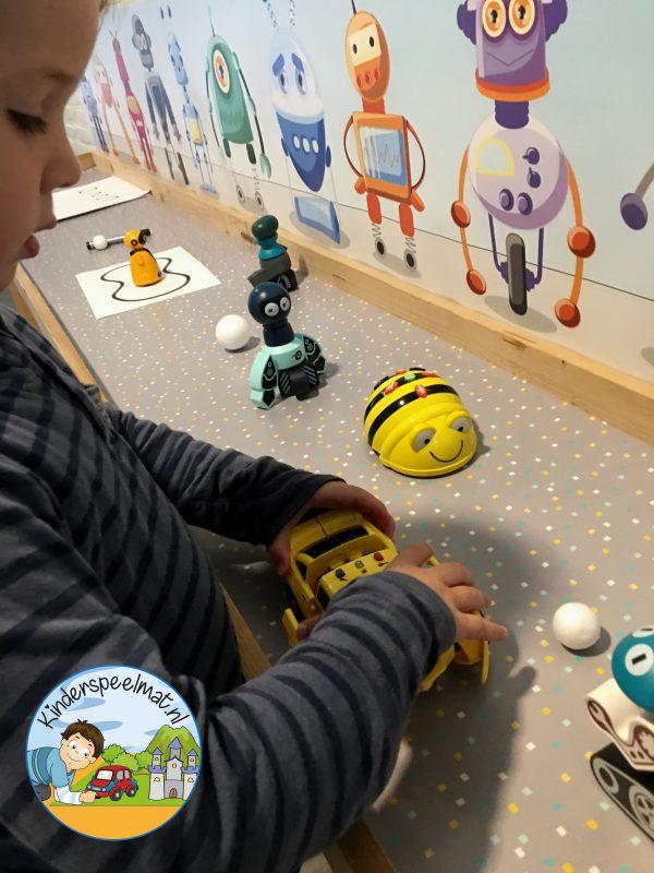 Robotachtergrond, achtergrond mat voor de speeltafel bij thema robot, kinderspeelmat